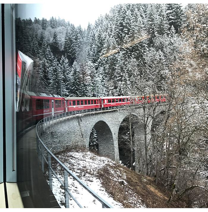 viagem trem panoramico - Arosa Line | A viagem pelas montanhas nevadas de Chur até Arosa na Suíça